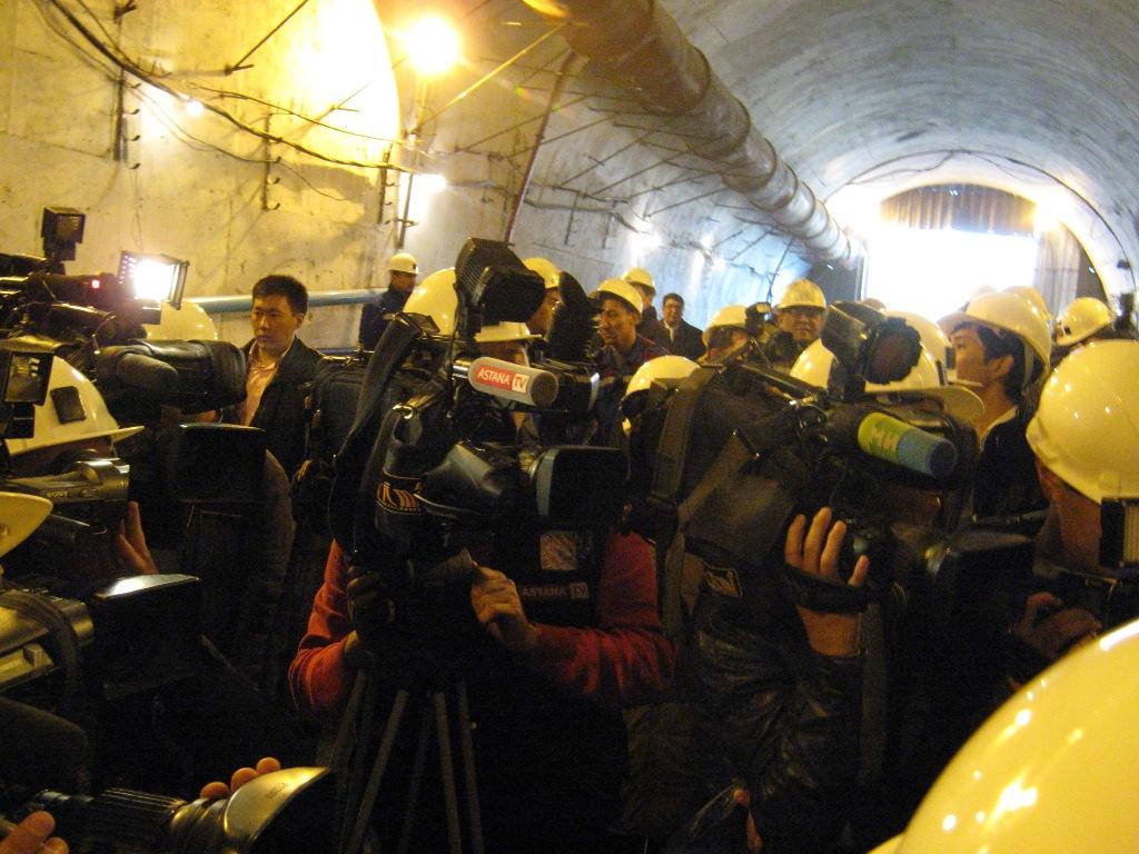 По словам городского чиновника, завершается строительство Малого кольца Алматы по улицам БАКАД, аль Фараби, Саина...