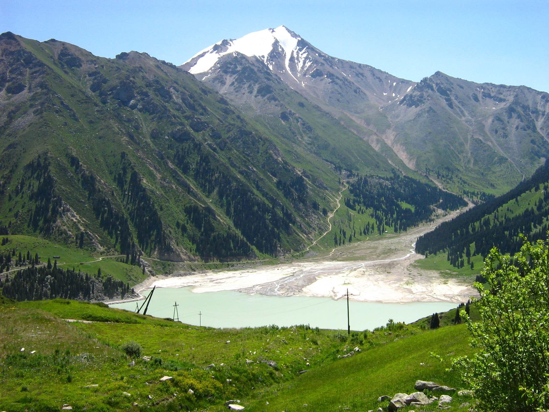 Большое Алматинское озеро расположено в ущелье реки Большая Алматинка...