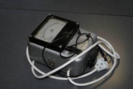 Данный прибор позволяет проверить конденсаторы не выпаивая их из схемы.  Т.к напряжение на его выходе 0,4 В и поэтому...