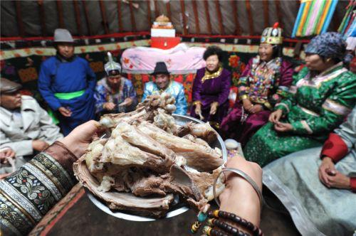 Гостям несут традиционные мясные блюда в знак почета и уважения